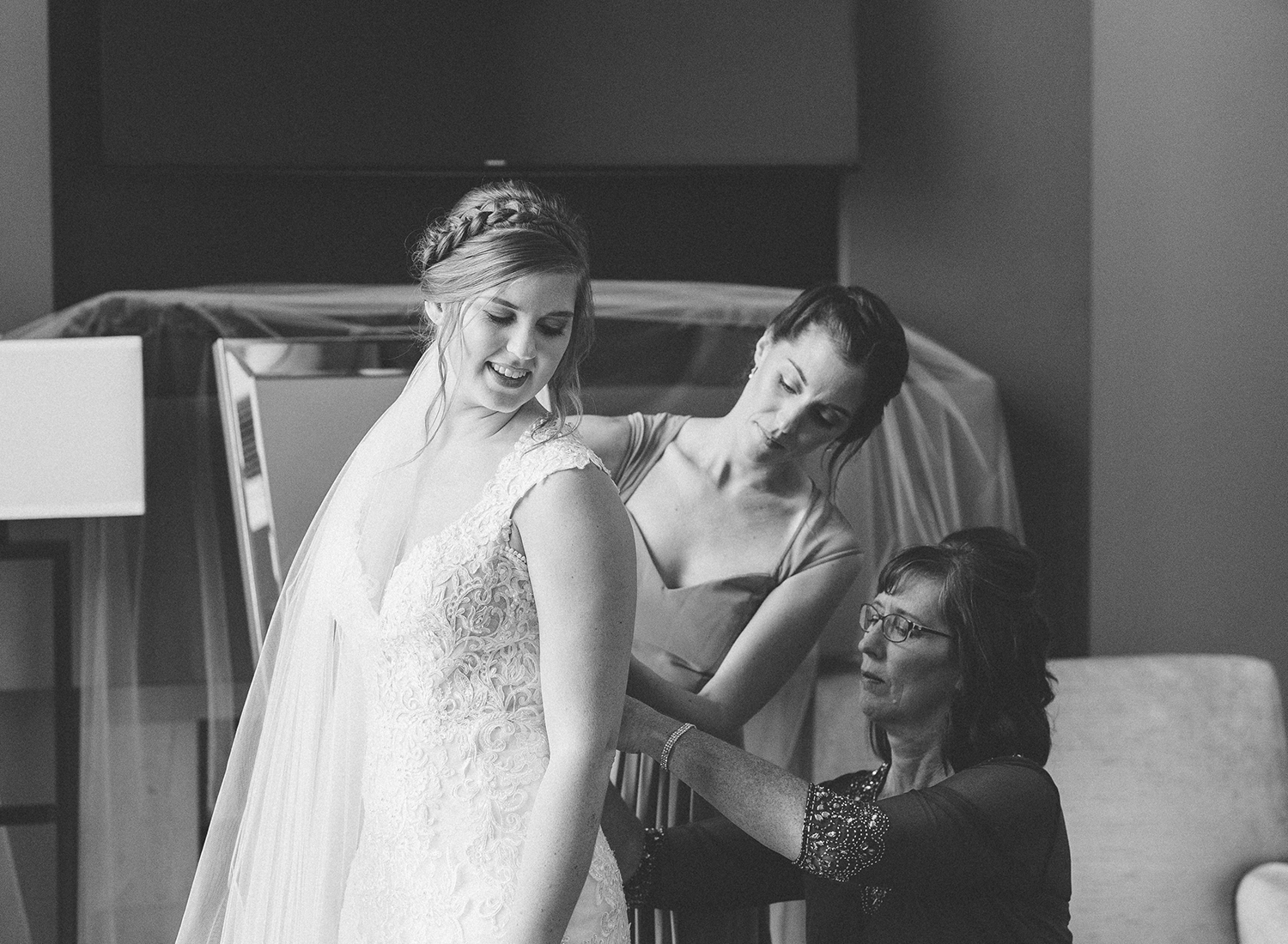 documentary photographer captures bride getting ready with mom and sister